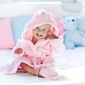 dziecko w szlafroczku z dzianiny Kastella